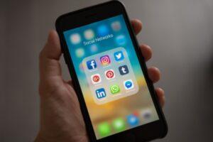 Les réseaux sociaux : une magie addictive et espionne