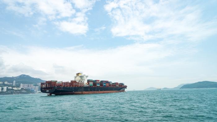 Bateau transportant des conteneurs